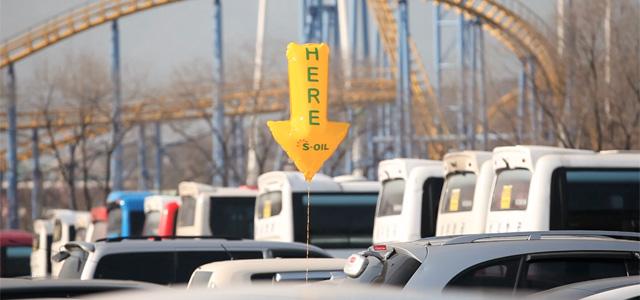 Des ballons pour marquer les places de parkings libres